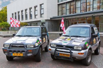 Twee van de 5 auto's die door Rotary Eindhoven naar Gambia worden gebracht